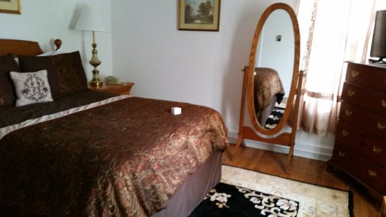 Berkeley Springs, WV: Bedroom area of 2 room suite