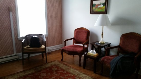 Berkeley Springs, WV: Sitting Room of Suite