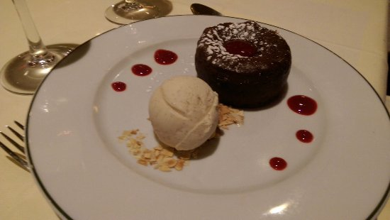 Le Petit Zinc : Chocolate cake, smooth chocolate center, not too rich