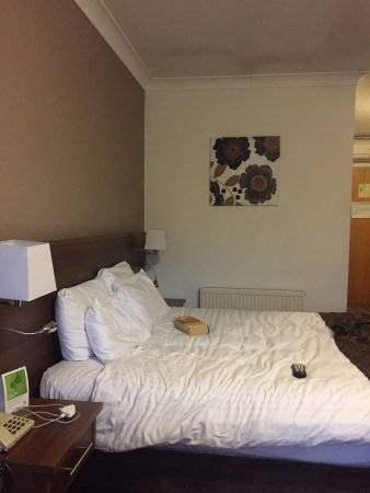 Dodworth, UK: Standard room and room service