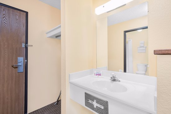 Days Inn Wall: Vanity area
