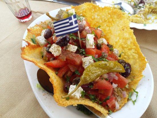 Karteradhos, Greece: σαλάτα σε φωλιά τυριού