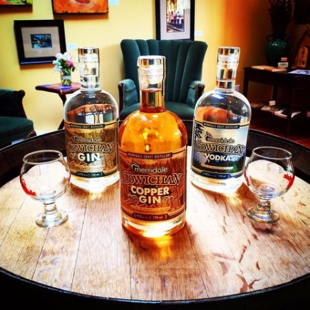 Cobble Hill, Canadá: Sip cocktails made with our Cowichan Spirits in the lounge