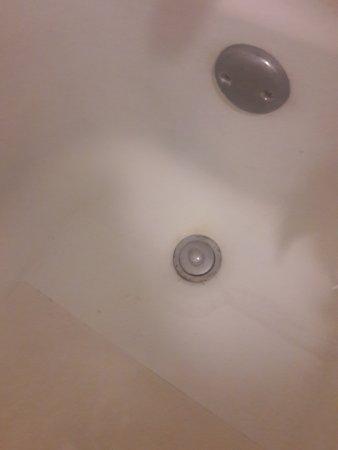 Days Inn Jacksonville South / Near Memorial Hospital: Dirt in bathtub