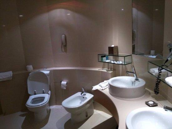 Village Hotel Changi by Far East Hospitality: part of bathroom