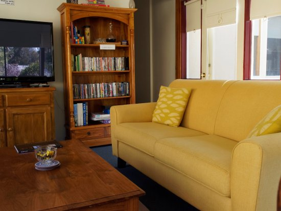 Tranquilles Luxury Spa B&B Guest House: Lounge room which overlooks gardens.