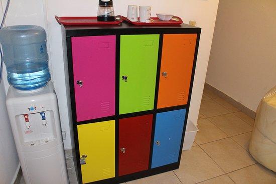 Hostal Casa Areka: lockers in every floor