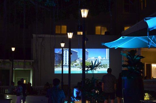 モアナ サーフライダー - ウェスティン リゾート, 夜は中庭でホテルの歴史の紹介映画をやっています