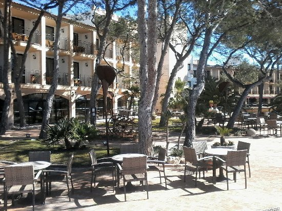 Hesperia Villamil Terrasse mit altem Hoteltrakt hinten