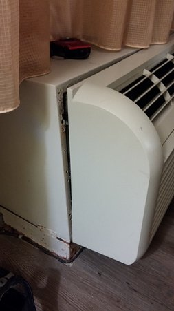 International Palms Resort & Conference Center Cocoa Beach: Air conditioning partly out of housing (but still working)