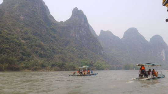 Guangxi, Kina: Bamboo Rafting past beautiful scenery down the Li River