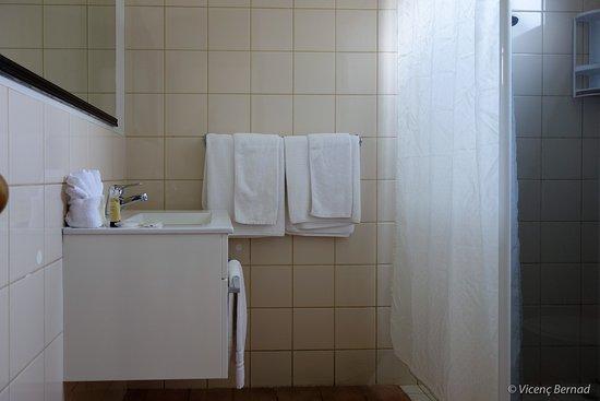 Omapere, Nuova Zelanda: Dated bathroom