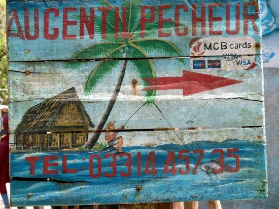 Mahavelona, Μαδαγασκάρη: Foulpointe: Au Gentil Pêcheur. Pancarte sur le chemin de l'hôtel.