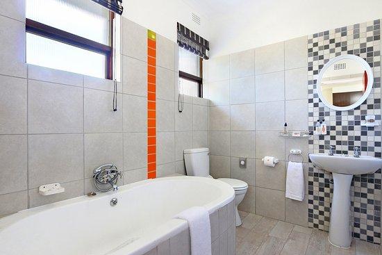 Melkbosstrand, แอฟริกาใต้: Family room bathroom with bath