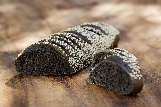 Sarrians, France : Le pain viennois à l'encre de seiche - aussi en sandwich avec du saumon