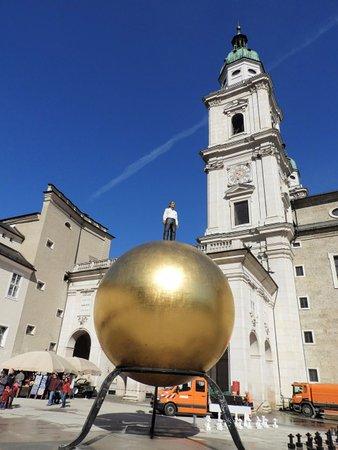 Kapitelplatz & Kapitelschwemme: 巨大な金の玉と男性像