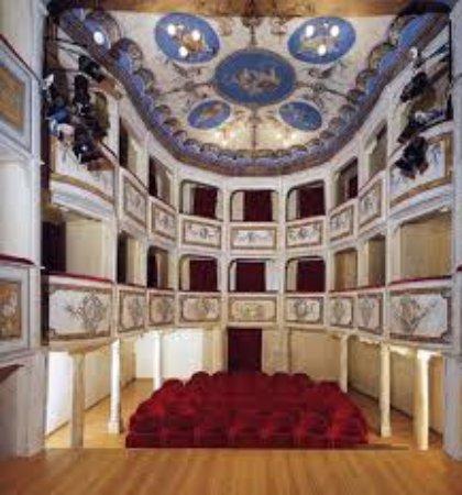 """Monte Castello di Vibio, İtalya: Il """"Teatro Più Piccolo Del Mondo"""", un gioiellino solo per 99 spettatori, a Monte Castello di Vib"""