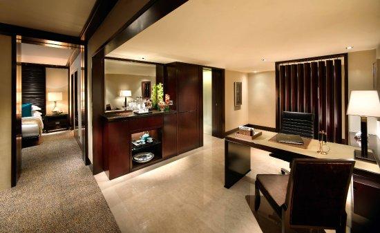 Mandarin Oriental, Jakarta: Premiere Room - Working Desk