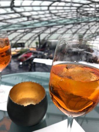 Mayday Bar: Lugar bem top, mas o aperol spritz é puta agua.. 🙁 serviço é bom só o Aperol que não... 👏🏻👍