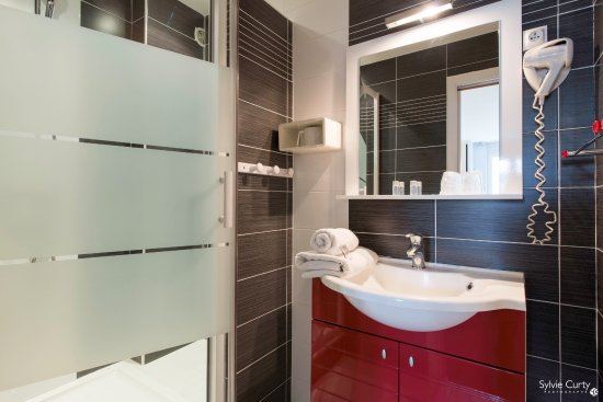 Salle de bain avec douche picture of axe hotel la for Hotel avec bain