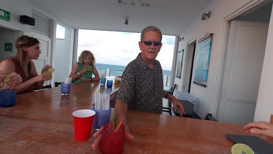 Casa Sirena Hotel: Happy Hour at rooftop bar hosted by propietor Steve.