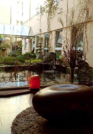 Wald-Michelbach, Germany: Eine der Lounges mit Blick auf das Attrium und den Klosterladen