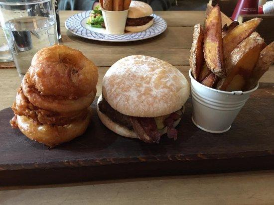 1885 The Restaurant: Bacon cheese burger