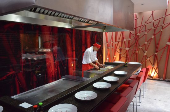 Teriyaki Sushi Bar Zona T: Tenemos 2 planchas teppanyaki donde puedes tener un show increíble