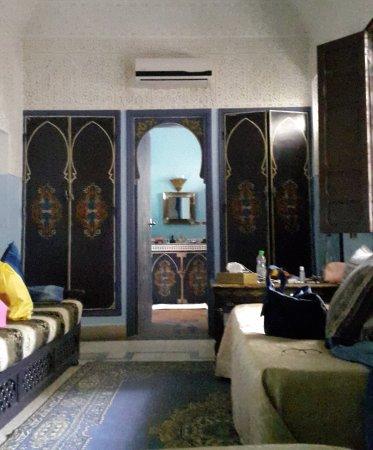 Riad Abaca Badra: la camera Essaouira: vista dal letto con bagno in fondo