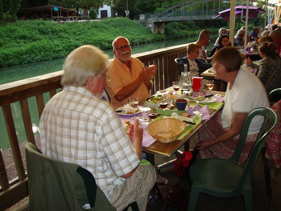 Lagruere, France: Canal side dining
