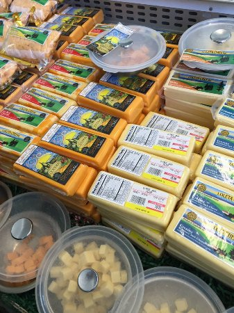 Loleta, CA: Cheeses and free samples!