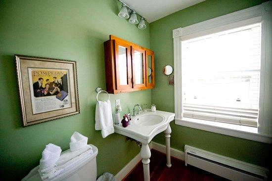 Sperryville, فيرجينيا: The Oregano room has a specious bath