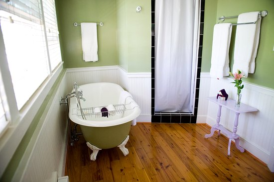 Sperryville, VA: The Lavender Room has a claw foot tub to relax in