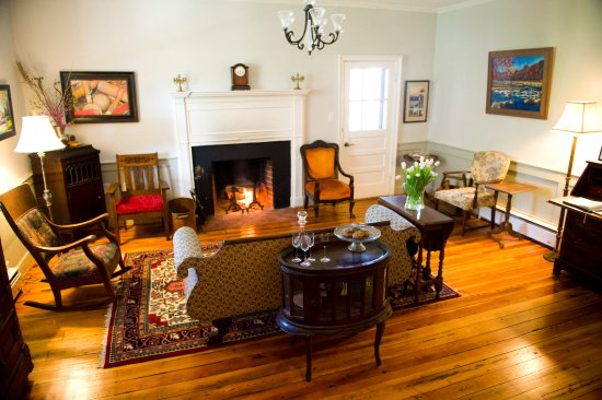 Sperryville, فيرجينيا: Enjoy the cozy parlor, complete with games and fireplace