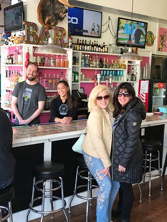 Greenport, Nowy Jork: Bartender And Sam with Cynthia and Lina