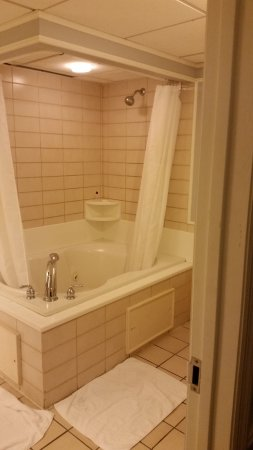 Governors Inn: Very tall jetted tub & shower