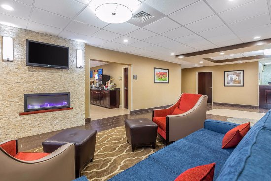 Comfort Inn & Suites: Our spacious lobby, with free coffee and tea 24 hours a day in the adjacent dining room