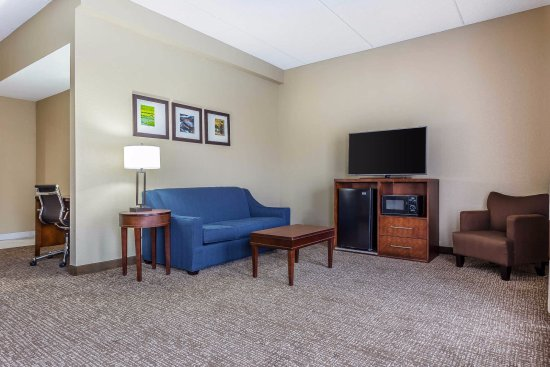 Mocksville, Βόρεια Καρολίνα: Relax in comfort in our spacious family-suite sitting area.