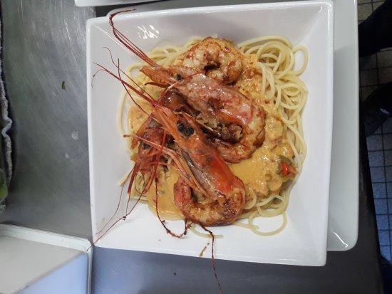 Chantonnay, فرنسا: Dessert du jour tarte aux revisité et plat du jour spaghettis sauce chorizo et gambas !!