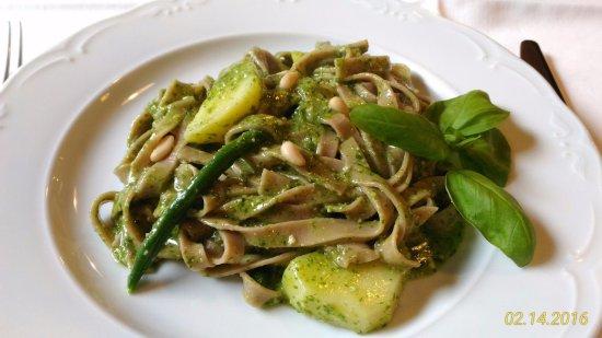 San Colombano Certenoli, Italy: 'Picagge matte' di farina di castagne con pesto, patate e fagiolini