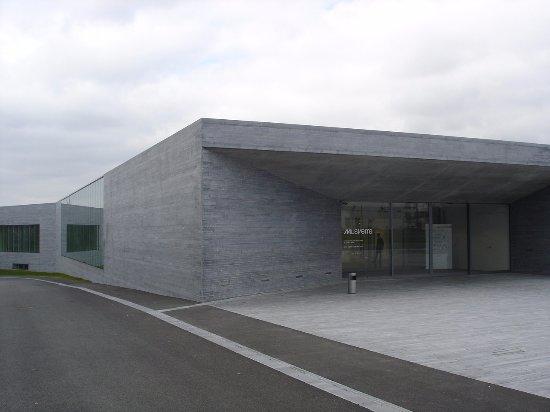 Sars-Poteries, Francia: Un bâtiment à l'architecture épurée