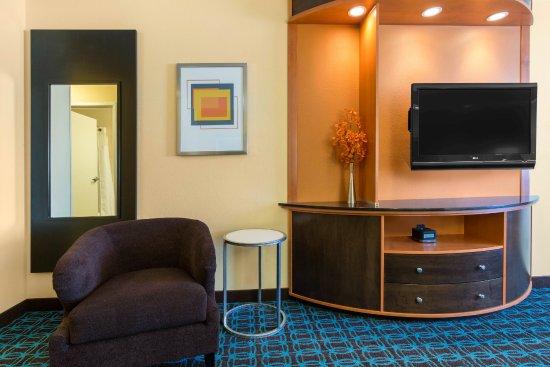 Saint Cloud, MN: Executive King Suite Sitting Area