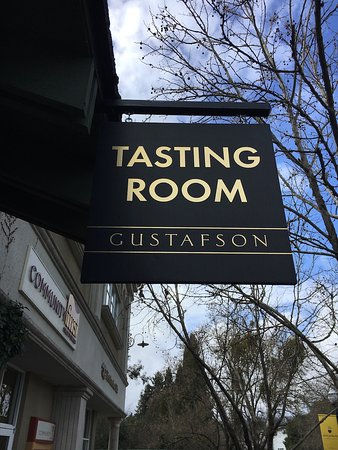 Savor Healdsburg Food Tours : A little informative family wine tasting gathering.