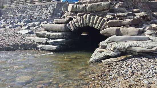 Wiseman's Bridge, UK: Fresh water stream going into the sea.