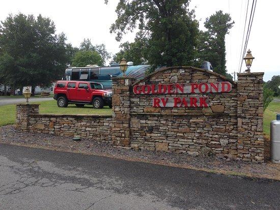 Golden Pond RV Park: Entrance