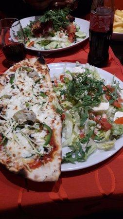 Barberousse : Pizza 4 saisons avec la salade au fromage de chèvre.