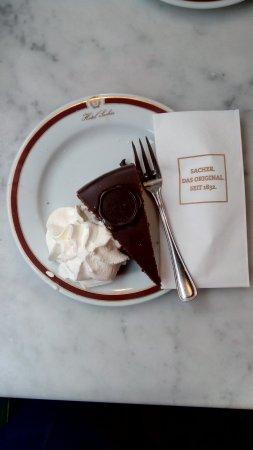 Suite Hotel 900 m zur Oper: Sacher torte in original hotel 20 minutes from Suite hotel