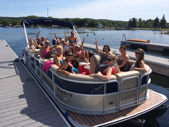 Boyne City, MI: Excited bachelorette group on our platinum tritoon.