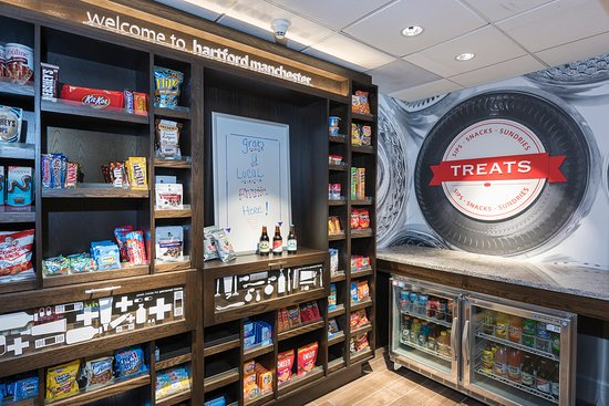 แมนเชสเตอร์, คอนเน็กติกัต: Our 24-hour TREATS Shop is stocked with a variety of beverages, snacks and sundries.