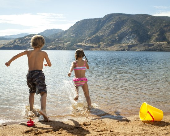 Penticton, Canada: Family fun at the beach!